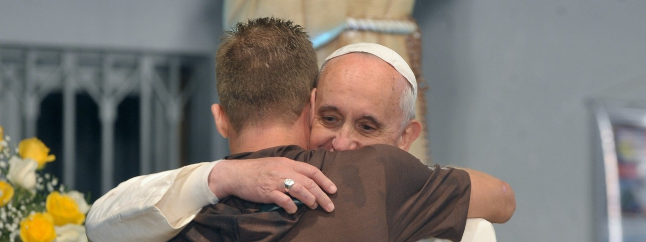 Pope_Francis_hugs_a_man_in_his_visit_to_a_rehab_hospital-810x385